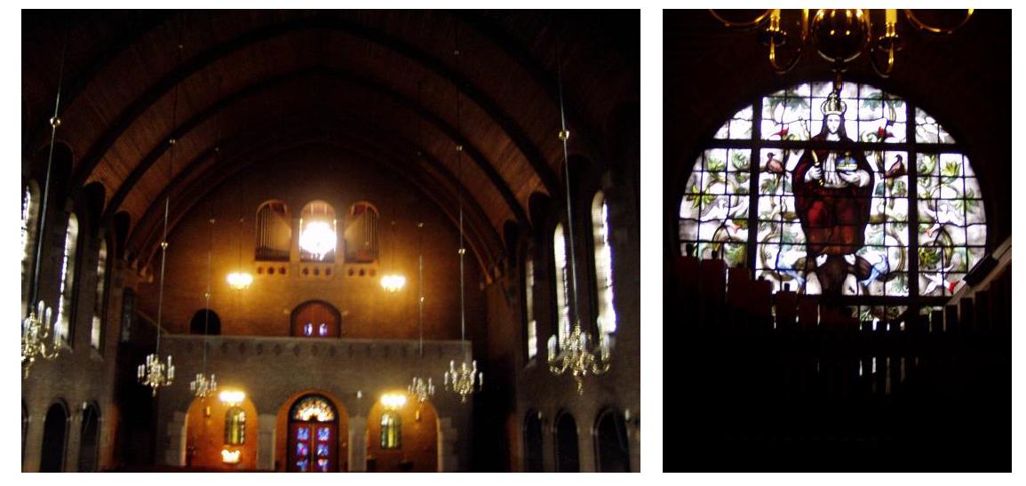 zicht op het oksaal met orgel en rond glas-in-lood raam (J. Nicolas) achter het orgel